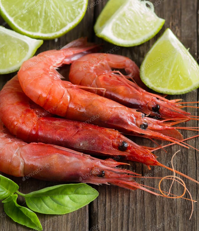 Raw shrimps with lime and herbs