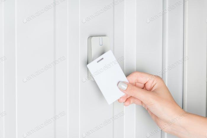 Person öffnende Tür mit elektronisch Karte, Home Security Konzept