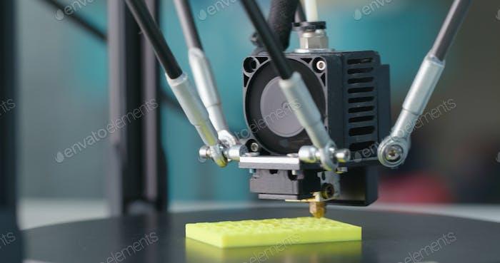 3D Druckmaschine, die ein Stück Kunststoff druckt