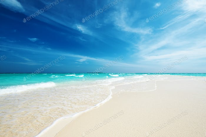 Schöner Strand mit Sandspieß auf den Malediven