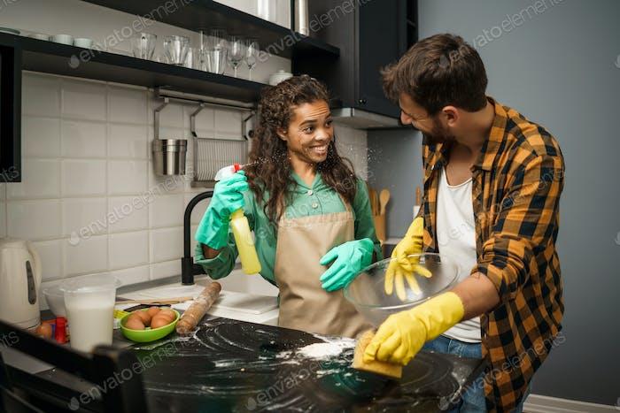 Paar Reinigung in der Küche