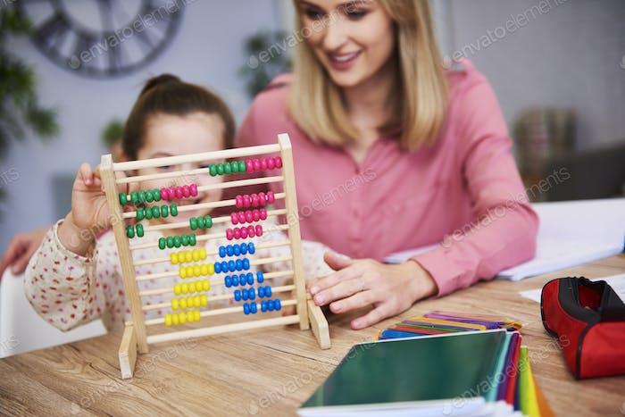 Kind lernen, zu Hause zu zählen