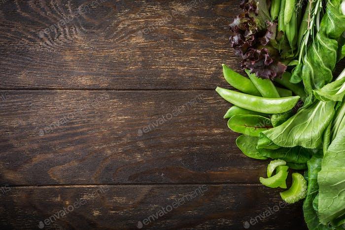 Hintergrund mit sortierten grünen Gemüse