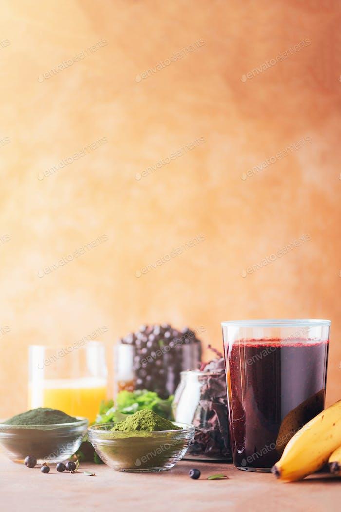 Gesunde Ernährung, alkalische Ernährung, veganes Konzept. Heidelbeeren, Heidelbeere, Gerstengras, Spirulina-Pulver