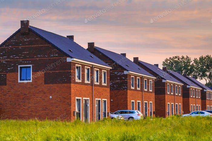 Straße mit modernen Einfamilienhäusern