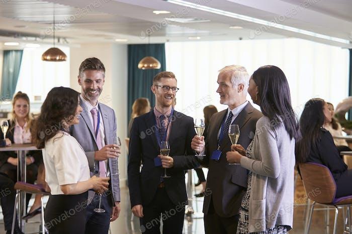Delegierte Networking am Konferenz-Getränkeempfang