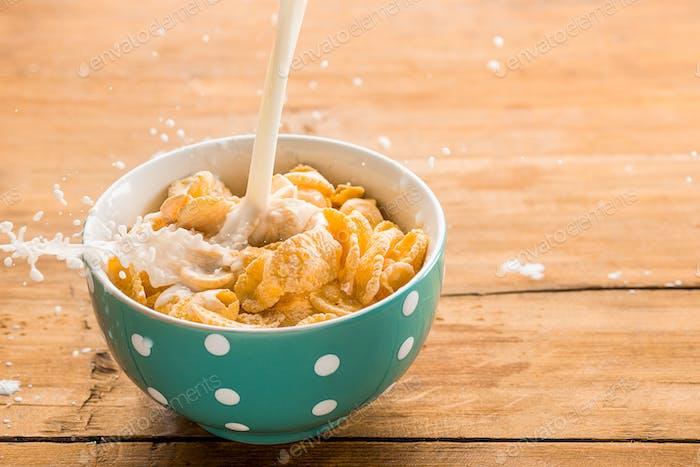 Gesundes hausgemachtes Frühstück mit Müsli, Äpfeln, frischem Obst und Walnüssen