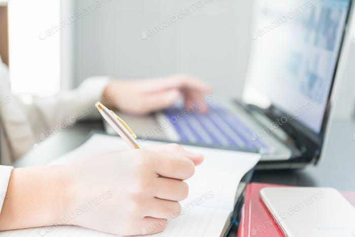 Trabajo Mano en el ordenador portátil2