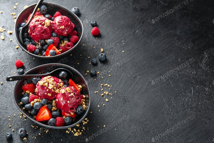 Berry erfrischende Eisportionierer auf Teller
