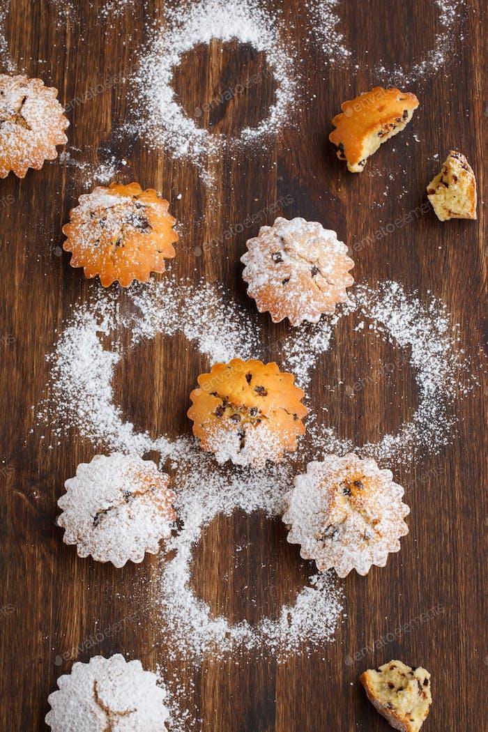 Cupcakes in powdered sugar