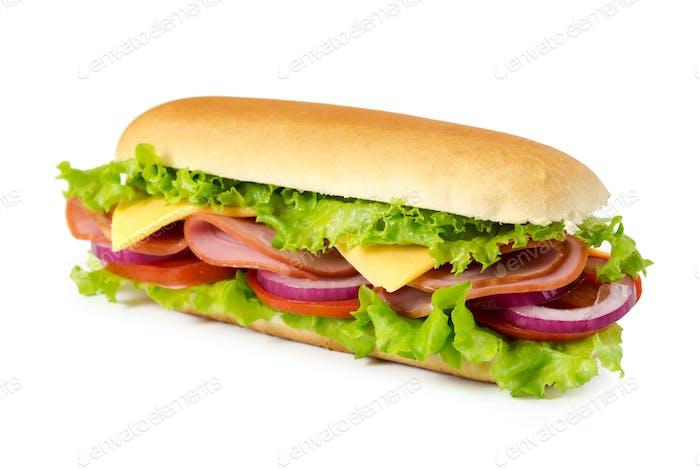 Sandwich mit Schinken, Tomaten, Käse, Zwiebeln und Salat