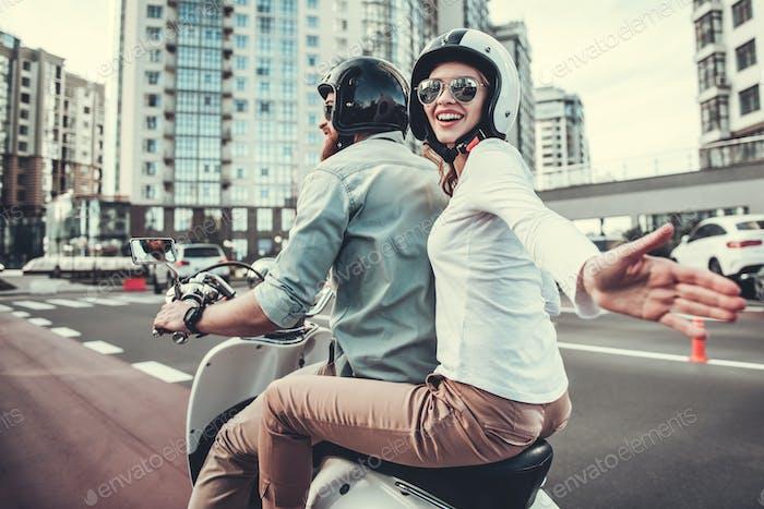 Paar auf Roller