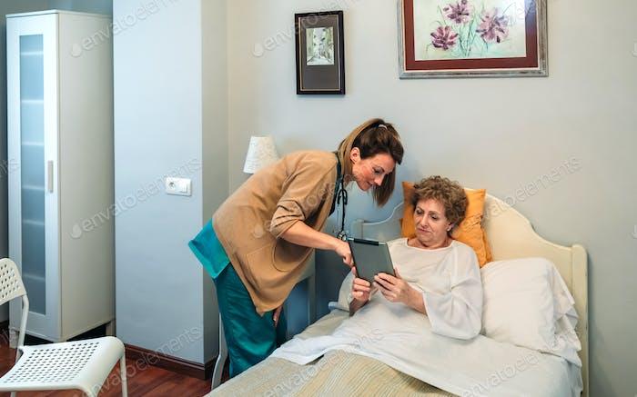 Ärztin zeigt Ergebnisse eines medizinischen Tests auf der Tablette