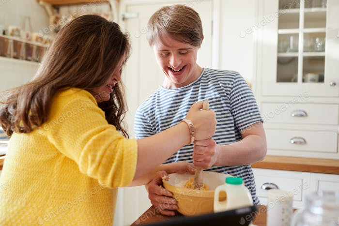 Young Downs Syndrom Paar Backen In Küche Zu Hause