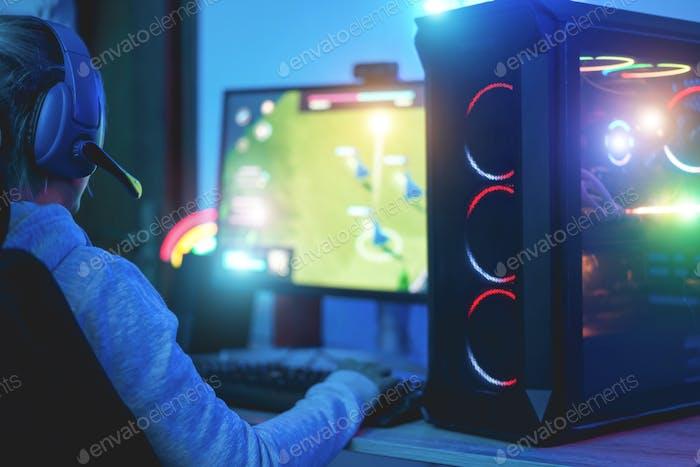 Girl gamer juego de estrategia en línea - Enfoque en auriculares