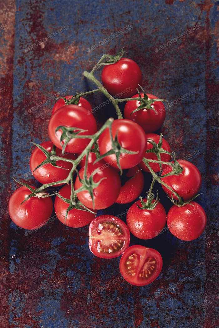 Manojo de tomates rojos maduros