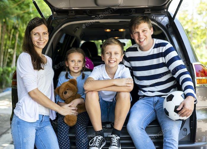 Familia Alegre en un viaje por Carretera