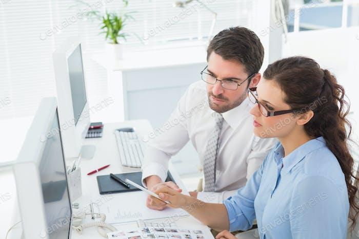 Konzentrierte Mitarbeiter sprechen und Brainstorming im Büro