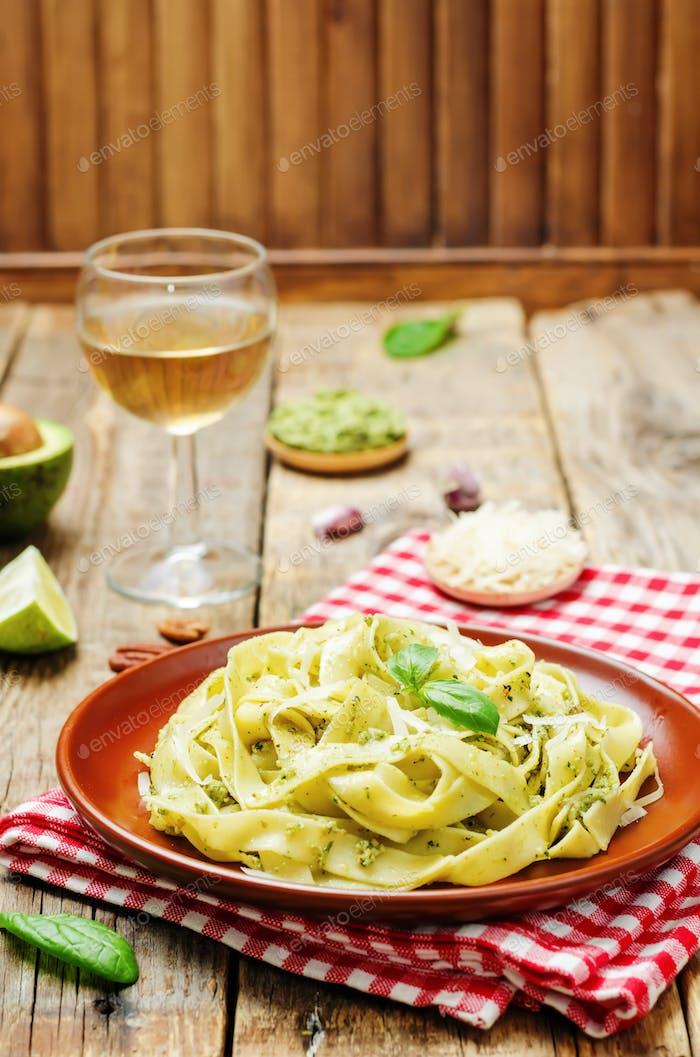 Avocado Spinat Basilikum Pecan Pesto Pasta