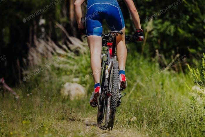 Männliche Radfahrer Reiten ein Fahrrad