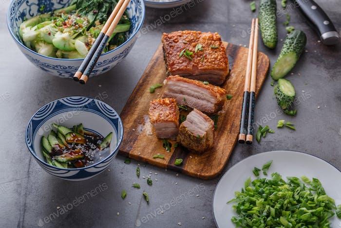 Chinesisch gebraten Schweinebauch auf Holzschneidebrett