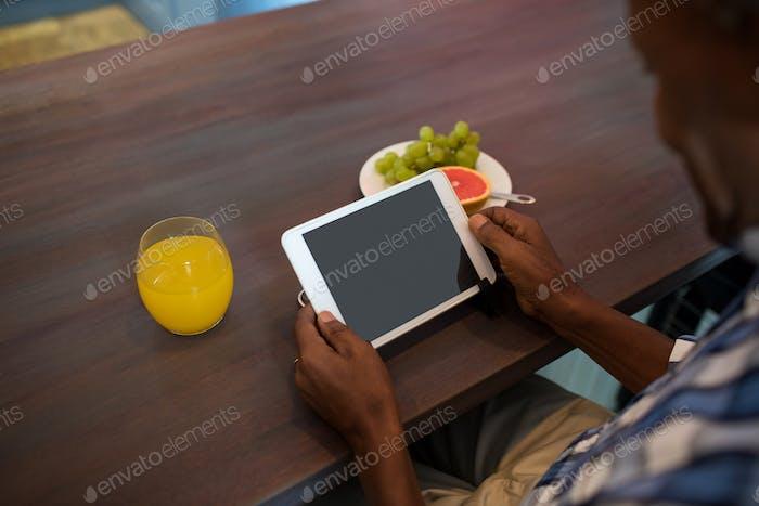 Abgeschnittenes Bild des Menschen mit Tablet