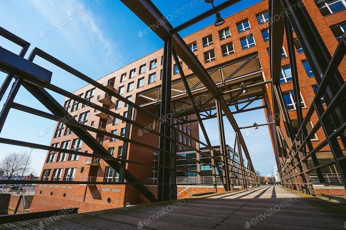 Berühmte Wahrzeichen alte Speicherstadt in Hamburg, gebaut mit roten Ziegeln. Brücke in niedriger Winkelansicht