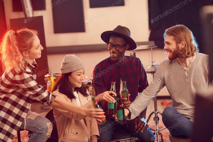 Gruppe junger Menschen im Musikstudio