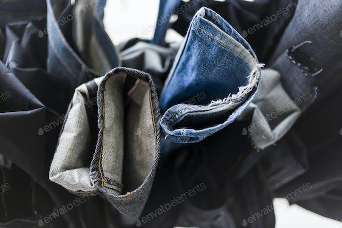 Jeans hängen in der Fabrik