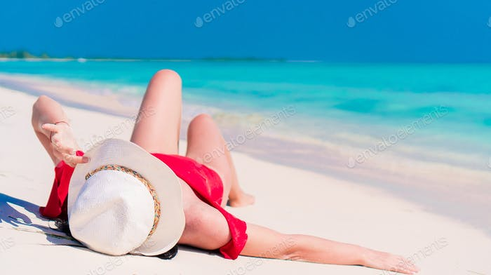 Chica caucásica con sombrero de fondo el mar