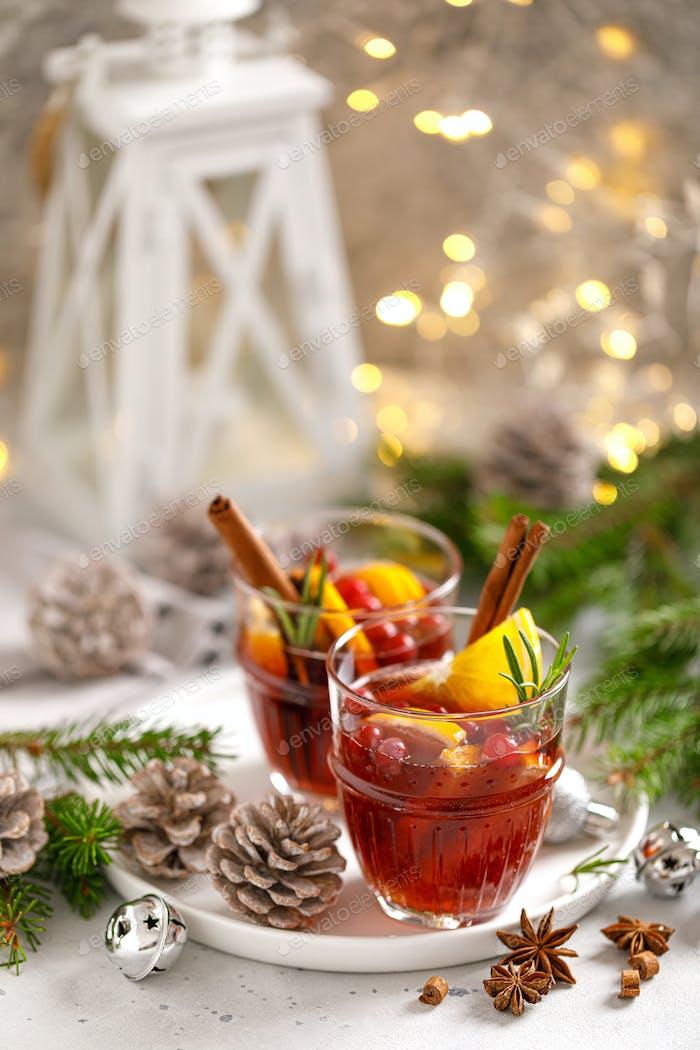 Weihnachtsglühwein Traditionelles Weihnachtsgetränk mit Dekorationen und Tannenbaum