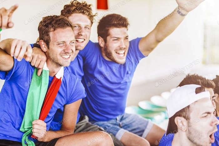 Partidarios de Italia en el estadio viendo el partido
