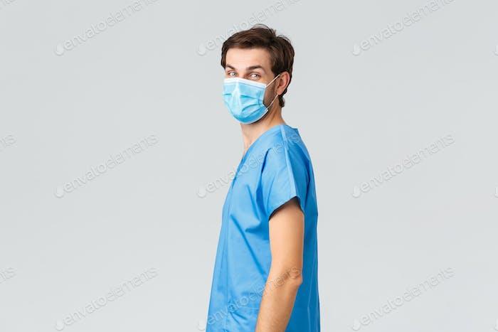 Covid-19, Quarantäne, Krankenhäuser und Gesundheitspersonal Konzept. Lächelnder Arzt in medizinischer Maske