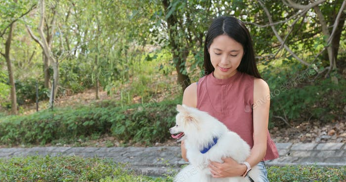 Frau spielen mit Hund im freien