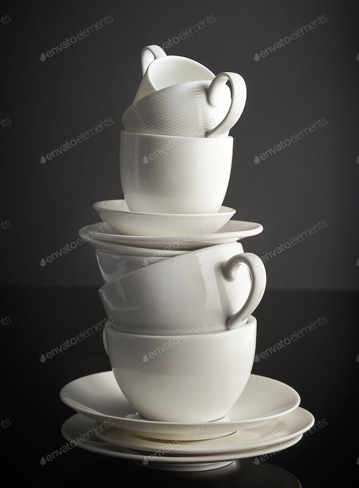 Stapel von weißen Kaffeetassen und Tellern