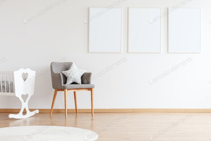 Carteles vacíos en pared blanca