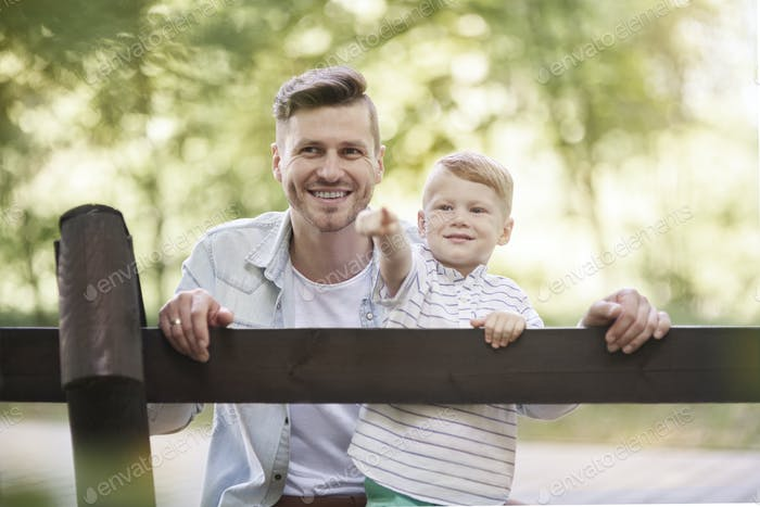 Vater und Sohn im Zoo