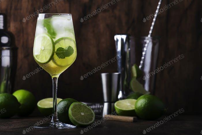 Mojito Cocktail mit Limette und Minze