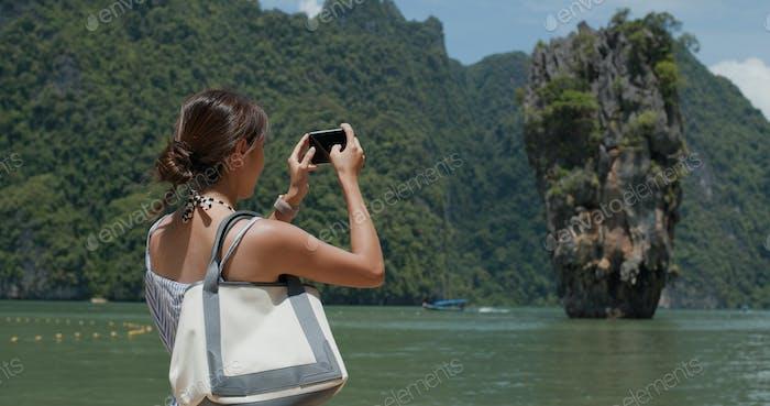 Frau fotografieren auf Khao Phing Kan in Thailand, Phuket