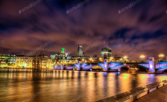 Puente Southwark por la Noche