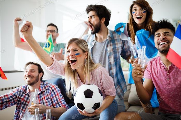 Fußball-Fans seelisch beobachten Spiel im Wohnzimmer