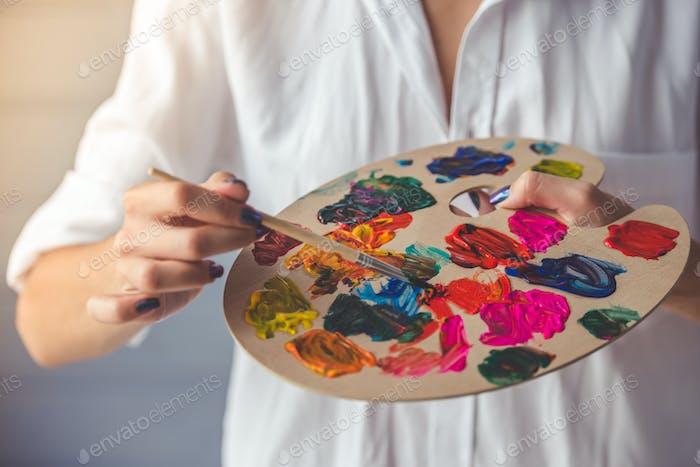 Привлекательная женщина-художник