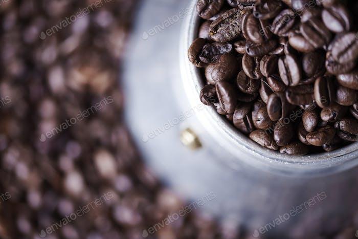 Nahaufnahme der Kaffeebohne in altmodischer Kaffeemühle