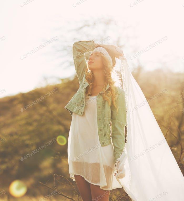 Mode, junge Frau im Freien bei Sonnenuntergang