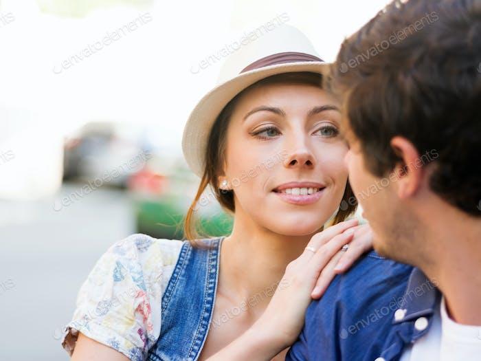 Alegre joven pareja caminando en la Ciudad