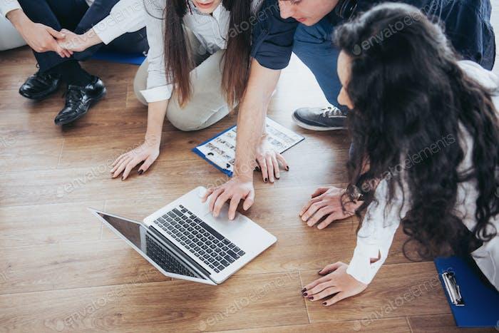 Junge kreative Menschen im modernen Büro. Gruppe von jungen Geschäftsleuten arbeiten zusammen