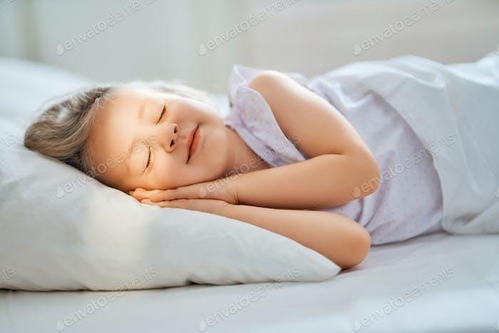ребенок спит в постели