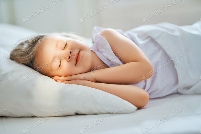 Kind schläft im Bett