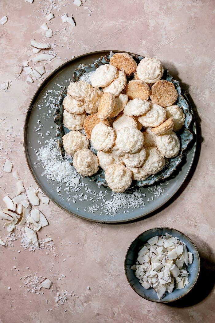 Kokosnuss-glutenfreie Kekse mit Kokosflocken. Ansicht von oben