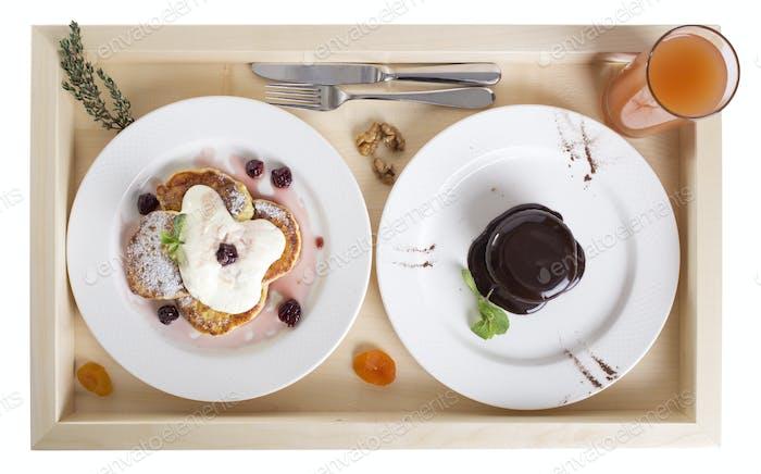 Pfannkuchen mit Schokoladenpudding und Saft.